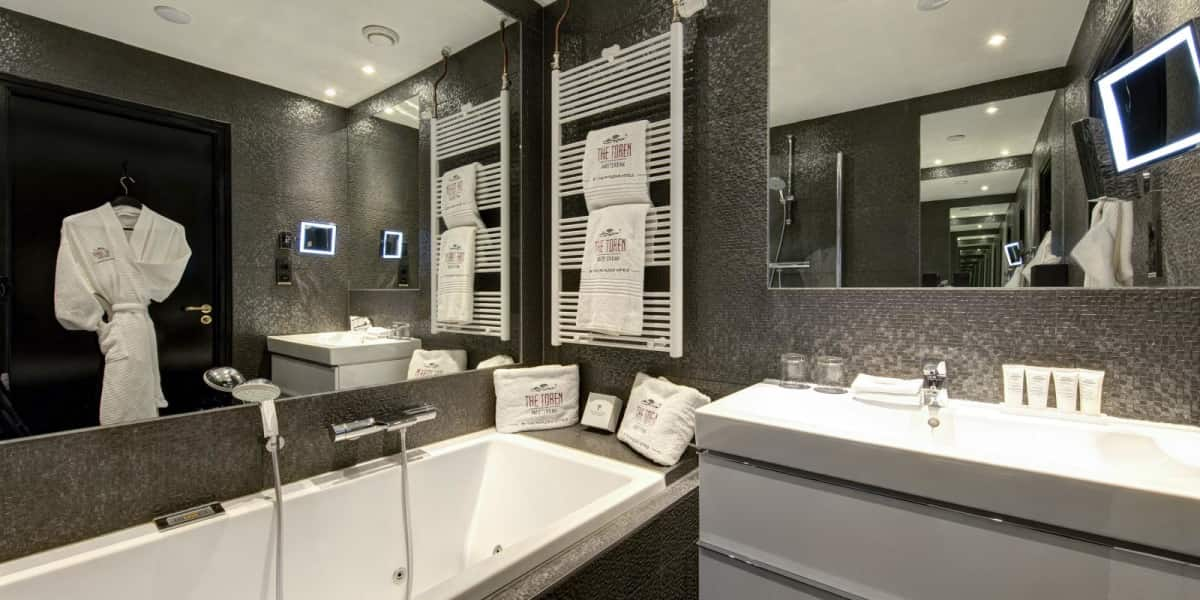 Cosy double room bathroom - The Toren Amsterdam - By the Pavilions