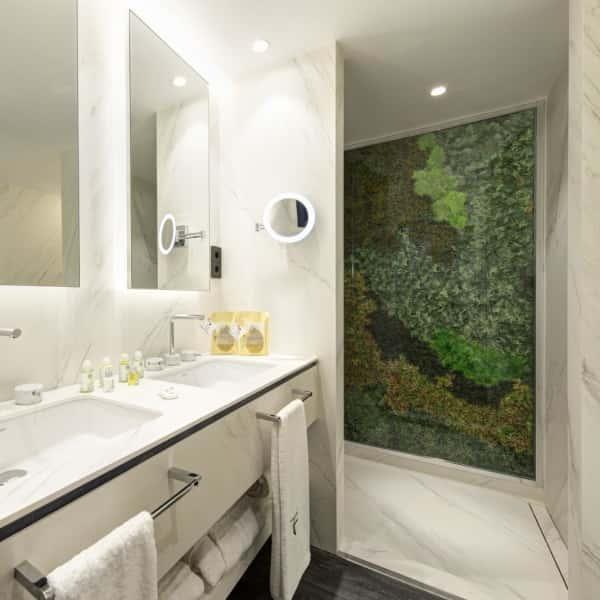 Suite estudio: cuarto de baño amplio
